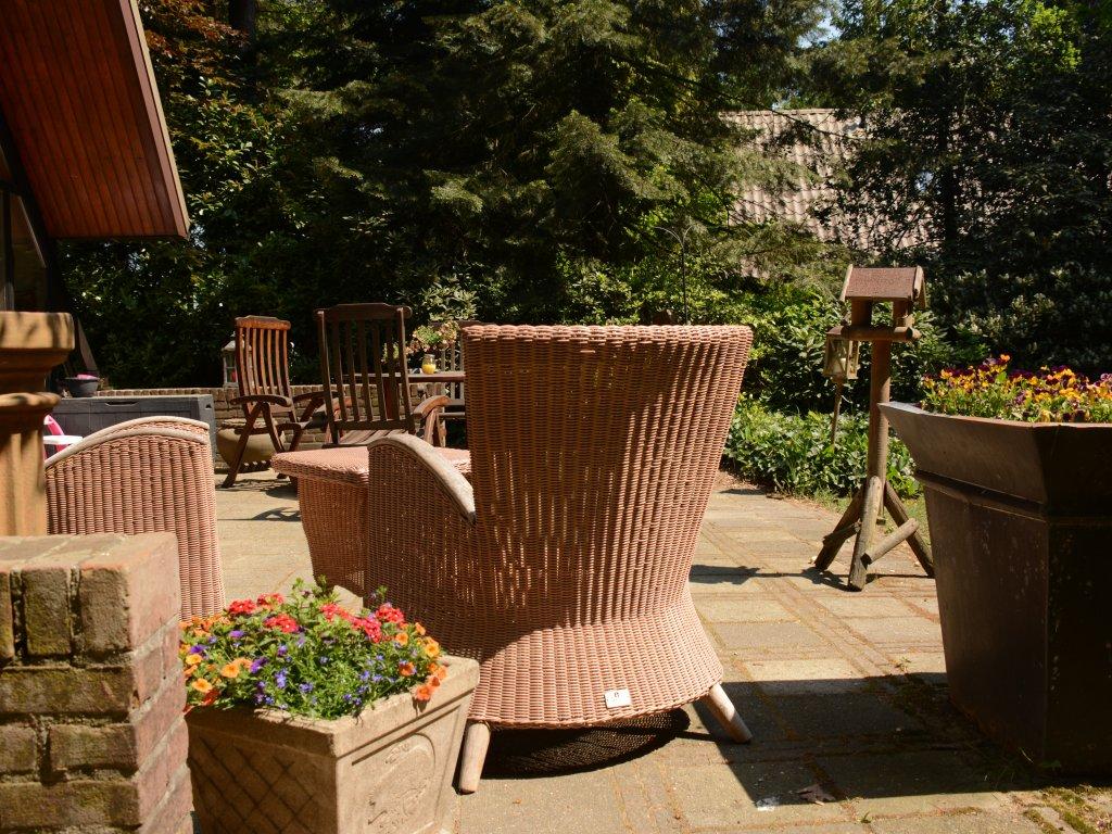 Het heerlijke zonnige terras met diverse zitjes
